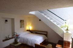 Sala con cama matrimonial